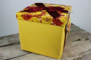 Žltá darčeková krabica s kvetinkami 17cm