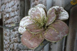 Ružový zlatozdobený zamatový kvet na štipci 11cm