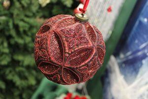 Červená vzorovaná vianočná guľa s glitrom 15cm