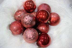 Červené a ružové plastové vianočné gule 8 cm 12ks