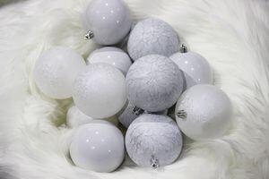 Biele plastové vianočné gule 8 cm 12ks
