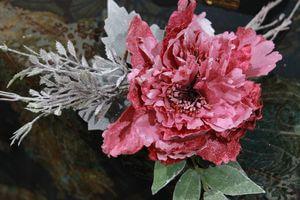 Staročervený vianočný kvet pivonky s námrazou 11cm