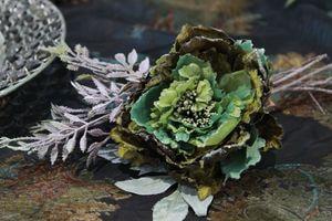 Tmavozelený vianočný kvet pivonky s glitrom 11cm