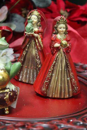 Červená závesná princezná s guľou v rukách 12cm