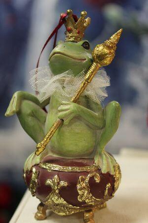 Zelená rozprávková závesná žaba so žezlom 12cm