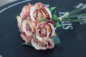 Oranžovo ružová umelá kytička zo 7ks ruží