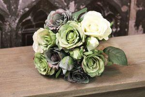 Zeleno krémová kytica ruží aj s pukmi