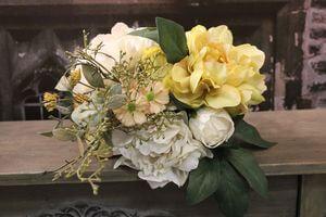 Krémovo žltá kytica z pivoniek