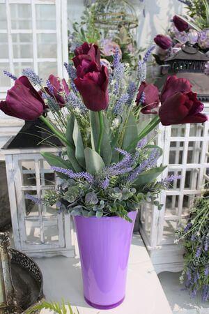 Fialové umelé tulipány vo váze s levanduľou 60 cm