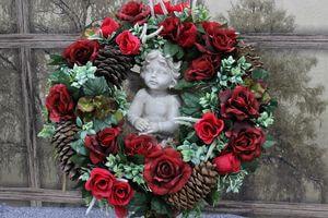 Červený pietny veniec na hrob so šiškami 55 cm