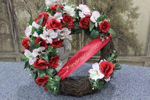 Červeno ružový pietny veniec so stuhou 47 cm