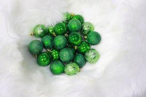 Zelené plastové vianočné gule 4cm 24ks
