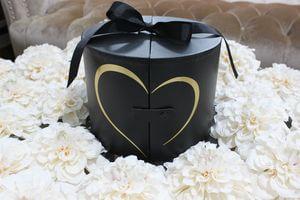 Čierny flower box v tvare valca so srdiečkom 22cm