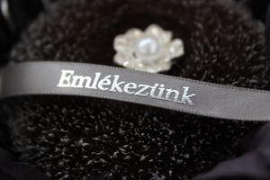 Sivá saténová stuha 2cm s nápisom Emlékezunk