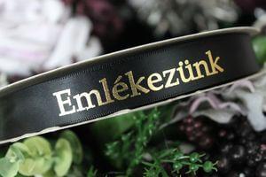 Čierna saténová stuha 2cm s nápisom Emlékezunk