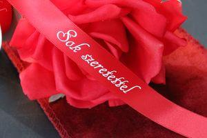 Červená saténová stuha s nápisom Sok Szeretettel
