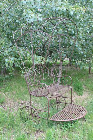 Hnedá kovová lavička do záhrady Rikša