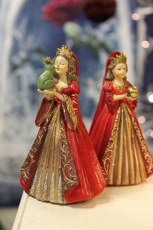 Červená závesná princezná so žabou v rukách 12cm