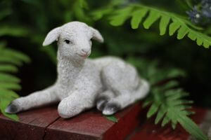 Biela ležiaca dekoračná ovečka 7cm