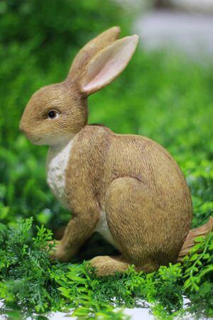 Hnedý dekoračný sediaci zajac 17cm