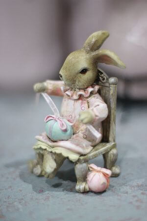 Ružovo odetá hnedá zajačica na stoličke 10cm