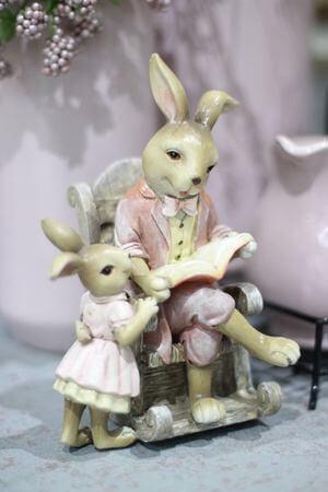 Ružovo odetý hnedý zajačik v kresle s vnučkou 17cm