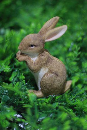 Hnedý dekoračný zajac 12cm
