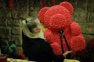 Červený medvedík z ruží 63 cm