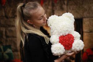 Biely medvedík z ruží so srdiečkom 38 cm