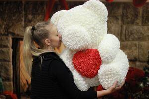 Biely medvedík z ruží so srdiečkom 63 cm