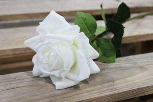 Biela umelá ruža rozkvitnutá 74cm
