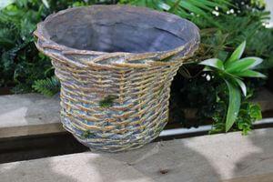 Hnedý keramický kvetináč v dizajne košíka 14cm
