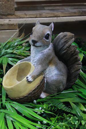 Hnedá dekoračná veverička s miskou 23cm
