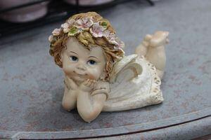 Krémová ležiaca soška anjela s čelenkou 8cm