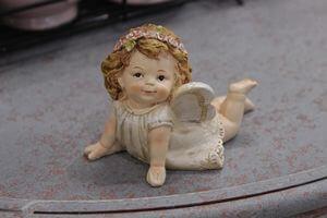 Krémová ležiaca soška anjela 7cm