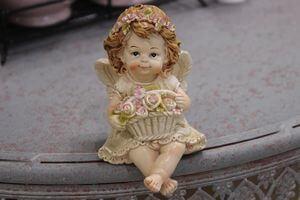 Krémová sediaca  soška anjela s košíkom 8cm