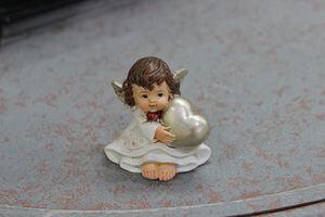 Krémová svetlá sediaca soška anjela so srdcom 5cm