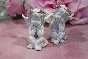 Biele ružovo odeté sediace sošky anjelov  2-set