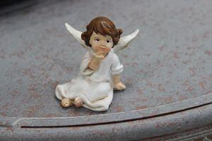 Biela sediaca soška anjela s hnedými vlasmi 5cm