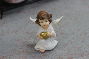 Biela soška anjela s hnedými vlasmi so srdcom 6cm