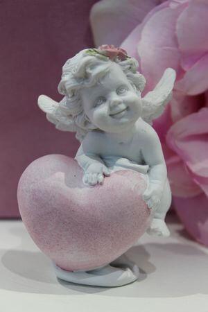 Biela soška anjela s ružovým srdcom 7cm