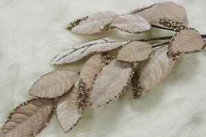 Bledoružový listnatý zamatový zdobený konár 75cm