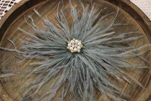 Bledomodrá pierková ružica s ozdobou v strede 20cm