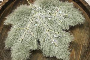 Zelený zdobený javorový list s kožušinkou 22cm