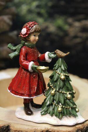 Červeno odeté dievčatko pri zelenom stromčeku 12cm