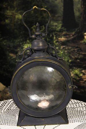 Čierny kovový lampáš v tvare lodného okna 34cm