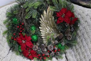 Zeleno červený vianočný veniec na dvere 70cm