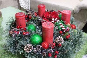 Červeno zelený tradičný adventný veniec 60cm