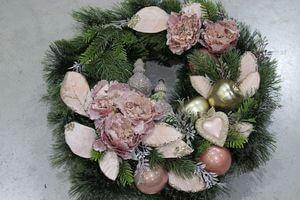 Ružový rustikálny vianočný veniec na dvere 50 cm