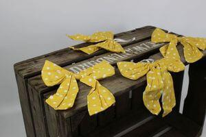 Žltá závesná mašľa s bielymi bodkami 4ks
